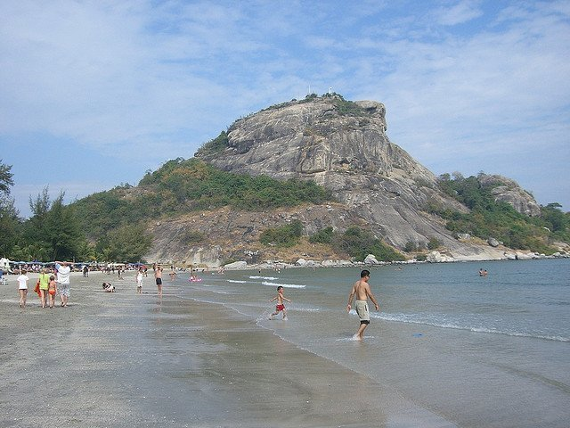 Khao Takiab beach/ Image via Sergey / Flickr